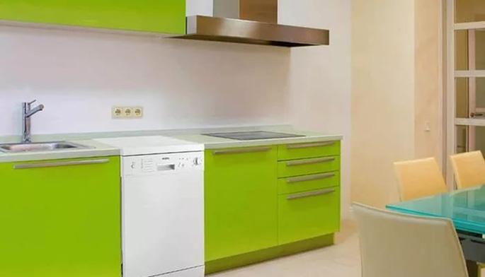Отдельно стоящая узкая посудомойка прекрасно вписывается в интерьер и расширяет основную рабочую зону за счет гладкой верхней стенки