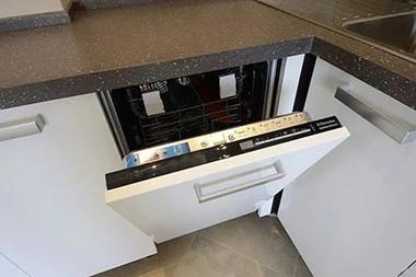 Угловые кухни с посудомойками не только экономят место, но и делают кухонную зону максимально функциональной