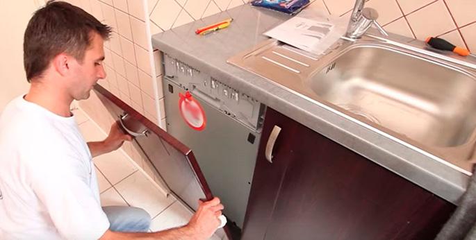 Прикрепление фасада к наружной стенке посудомойки проводится достаточно легко. Переместить крепежные панели можно при помощи одной только крестовой отвертки.
