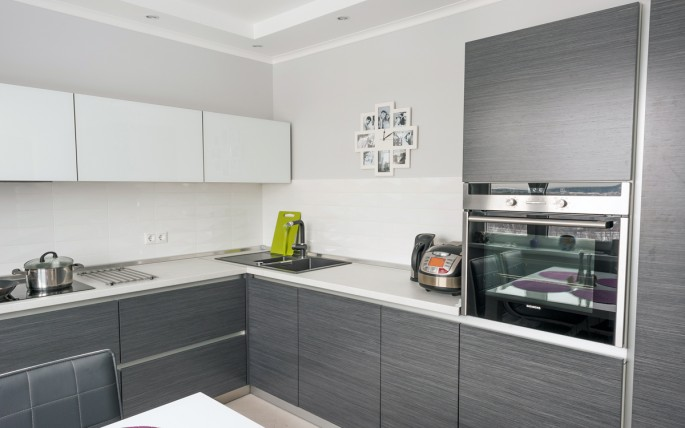 Благородство и изящество кухонного интерьера в серо-белых тонах