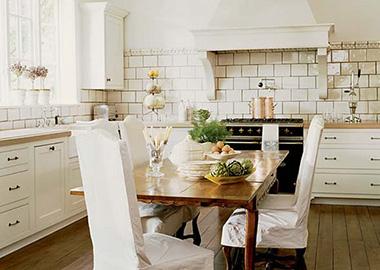 Белая кухня в стиле прованс отлично смотрится с деревянным столом