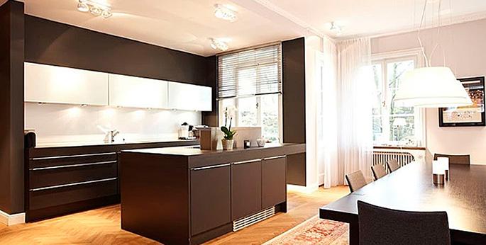 Коричневая мебель в белом помещении - идеальный вариант для минималистического стиля