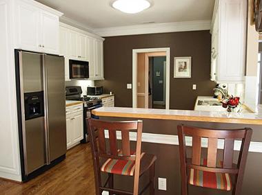 Сочетание коричневого и белого цветов в интерьере делает кухню «живой», уютной и красивой