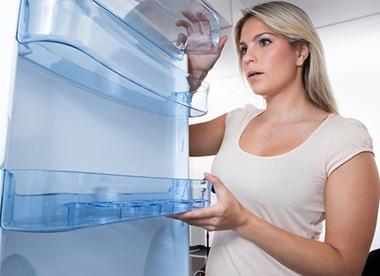 Чем и как помыть холодильник: какими средствами можно отмыть от жира и желтизны
