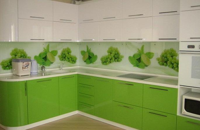 Существует множество способов оформления плитки фартука. Можно выбрать всевозможные изображения цветов, фруктов, листвы либо однотонный вариант.