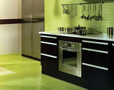 Цвет плитки фартука может совпадать с плиткой на полу, особенно возле плиты и раковины