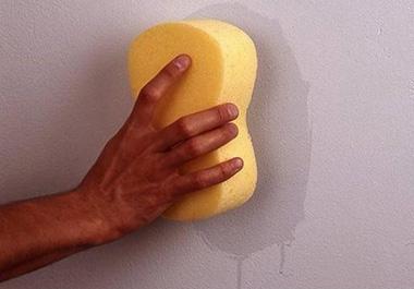 Покрытие стен можно выполнить с помощью специальной краски, которая устойчива к загрязнениям, а также легко моется. Производители выставляют на рынок широкую палитру оттенков