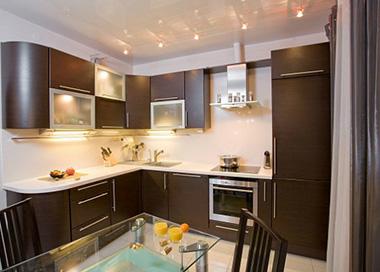Комбинация данных двух цветов в интерьере кухни всегда считалась элегантной и изысканной
