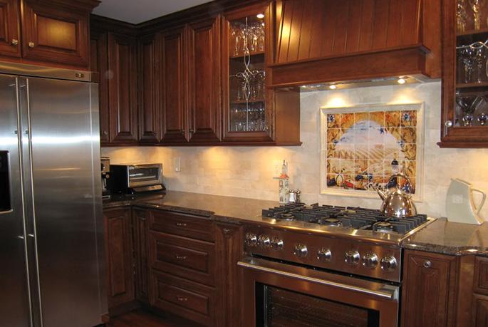 Элементом украшения интерьера кухни станет форма или дизайн кухонной мебели: интересная вытяжка, резные орнаменты, витражи и т.д.