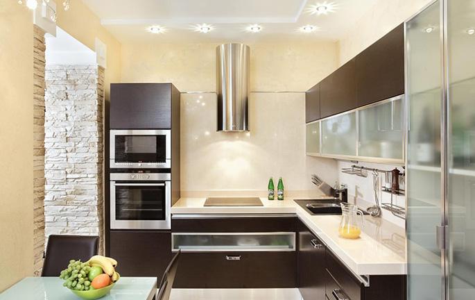 Грамотное совмещение металлика и коричневого цвета подарит кухне уют и теплую атмосферу