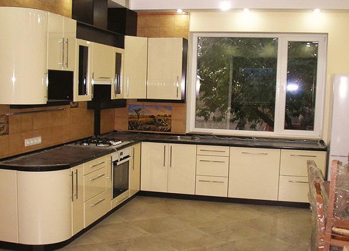Правильное использование бежево-коричневой гаммы дарит идеальную гармонию кухонному пространству. Это классика, которая никогда не выходит из моды.