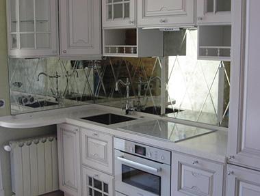 Зеркальные скинали придадут кухне необычность и оригинальность, но и выполнят свои функции