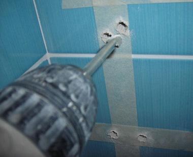 Если скинали фиксируются на держателях для стекла, то без сверления отверстий не обойтись